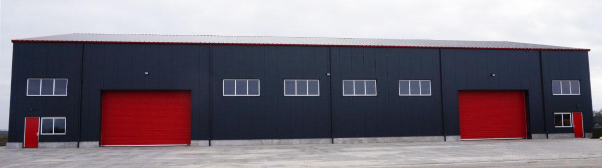 Bedrijfshal met twee overhead deuren